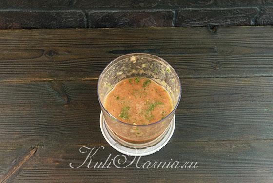 К томатному соусу для лазаньи добавляем зелень