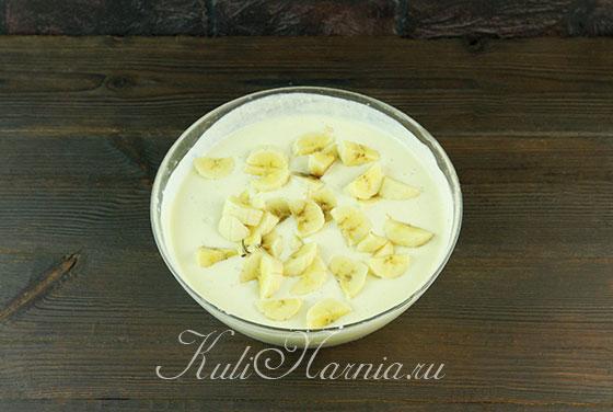 Нарезаем банан и добавляем в творожное тесто