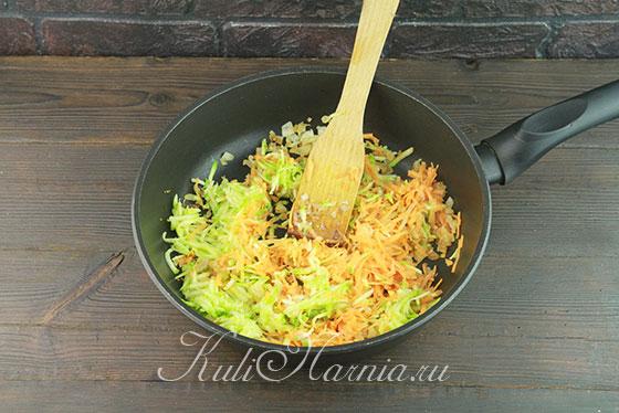 Натираем морковь и кабачок на терке