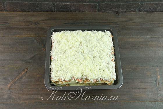 Покрываем лазанью тертым сыром