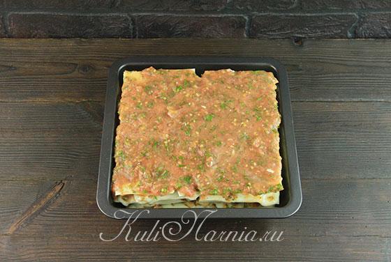 Покрываем лазанью томатным соусом