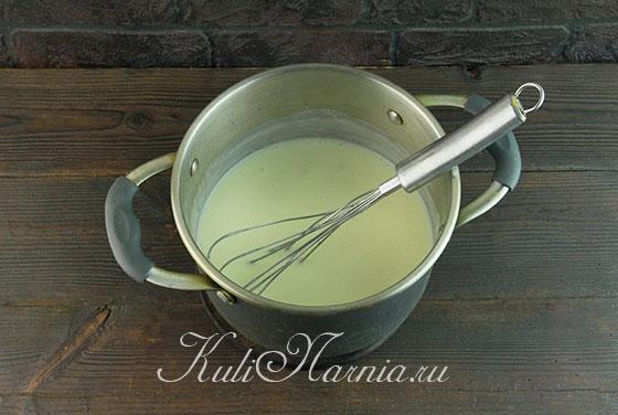 Вливаем теплое молоко для соуса бешамель