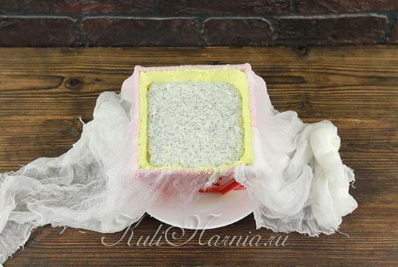 Выкладываем творожно-маковый слой на лимонный