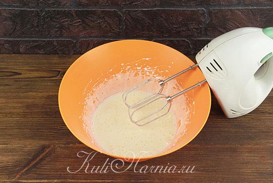 Взбиваем яйца с сахаром добела