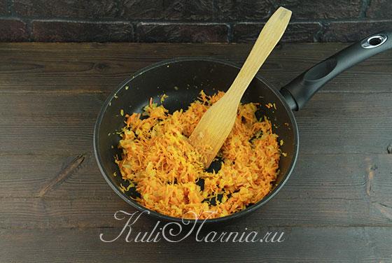 Загружаем натертую морковь к луку на сковороду