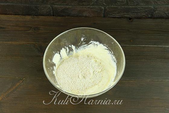Добавляем овсяную муку в тесто для сырников