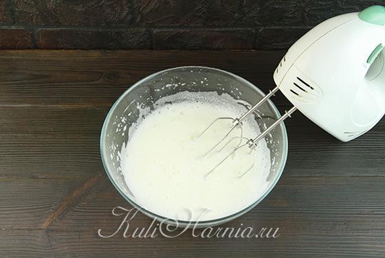 Добавляем сахар к белковой пене