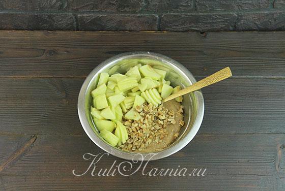 Добавляем в тесто яблоки и грецкие орекхи