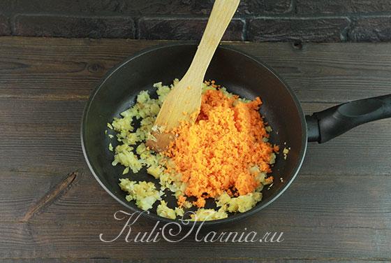К луку в сковороду загружаем морковь