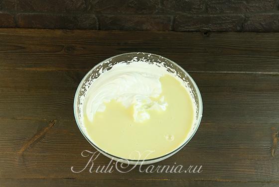 К взбитым сливкам добавляем сгущенное молоко