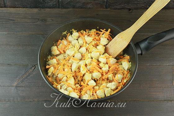 Нарезаем филе и добавляем в сковороду