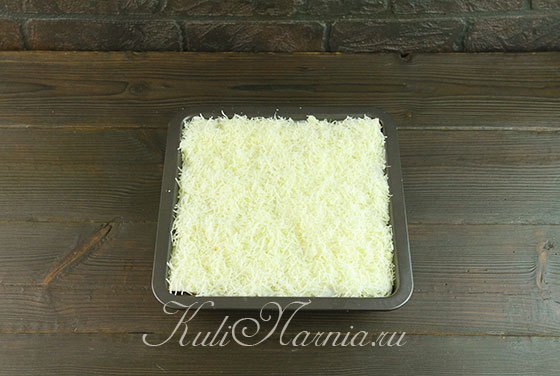 Покрываем лазанью из лаваша сырной стружкой