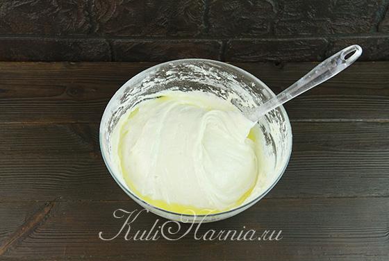 Вымешиваем тесто с молоком и маслом