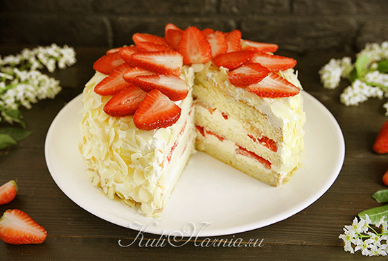 Бисквитный торт с клубникой готов
