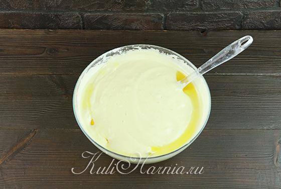 Добавляем в тесто для бисквита кипяток и масло