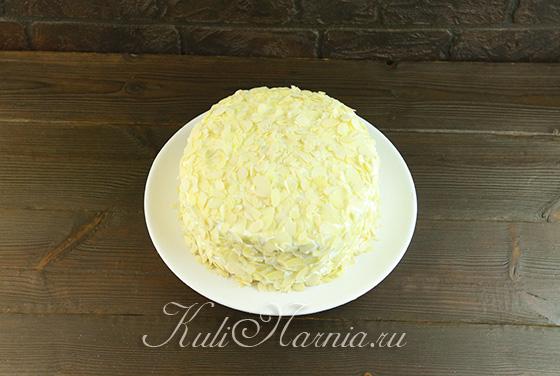 Посыпаем бисквитный торт миндалем