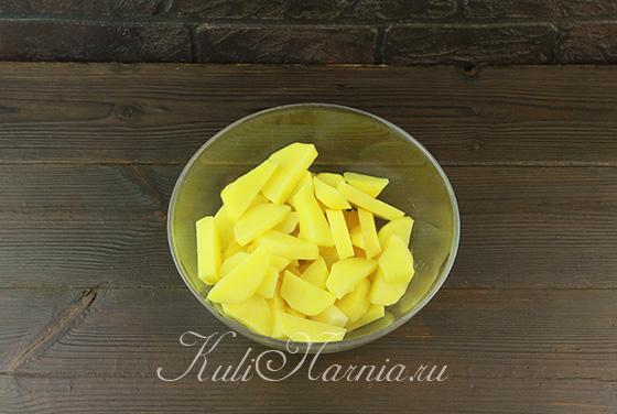 Режем картофель на небольшие дольки