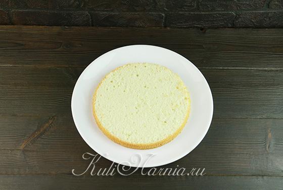 Выкладываем бисквитный корж на тарелку