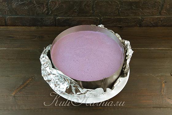 Выливаем черничный мусс на торт