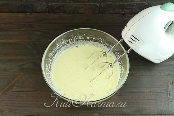 Взбиваем яйца с солью и сахаром