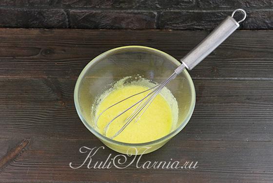 Добавляем к желткам сахар