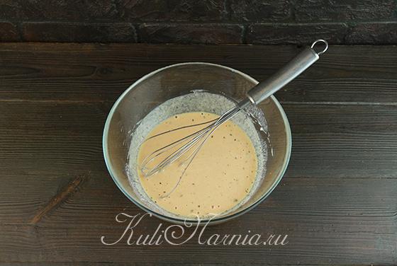 Добавляем томатную пасту в тесто