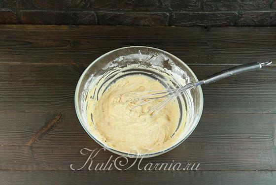 Подсыпаем муку в тесто для маффинов