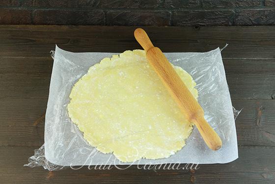 Раскатываем тесто для галеты с клубникой