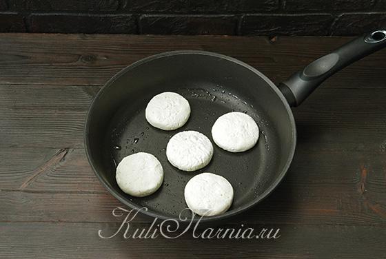 Сырники с рисовой мукой на сковороде