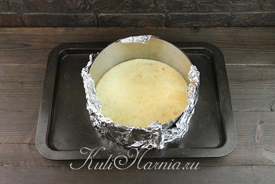 Отправляем в духовку форму с тестом для бисквита