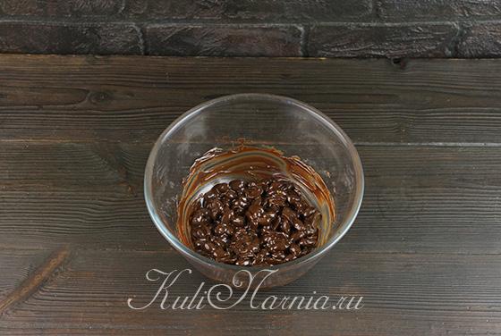 Перемешиваем арахис с шоколадом