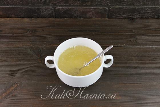 Растворяем желатин в грушевом сиропе