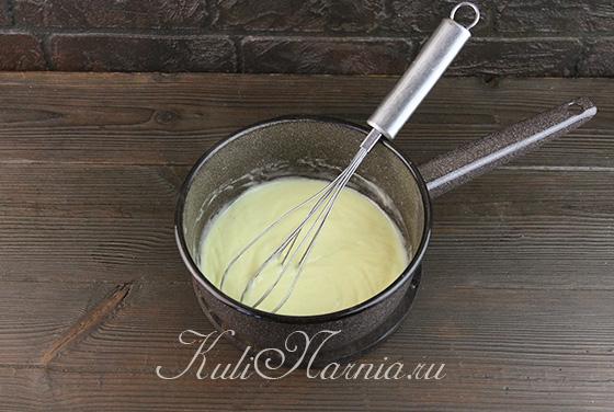 Вливаем сливки с сиропом к желткам