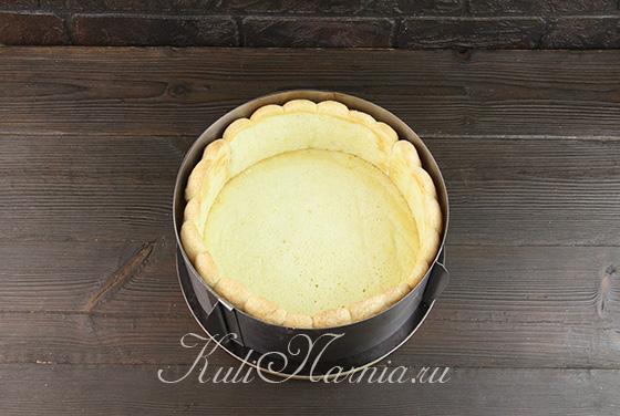 Выкладываем печенье и корж в разъемное кольцо