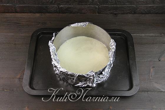 Выкладываем тесто для бисквита в кольцо