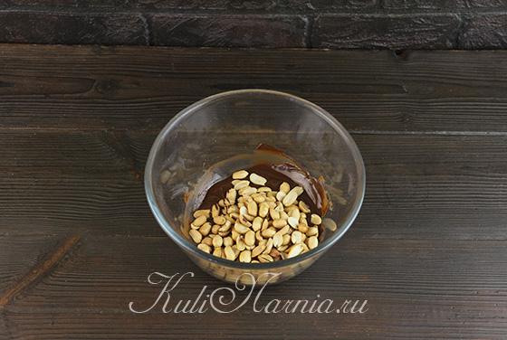 Загружаем арахис в шоколад