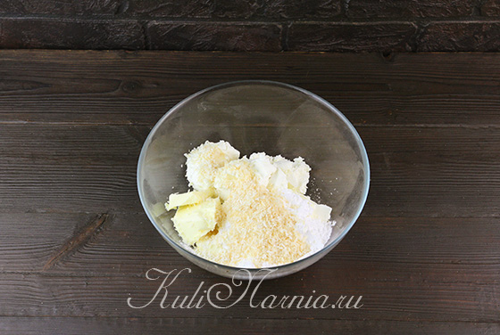 Добавляем к кокосовой стружке масло и сыр