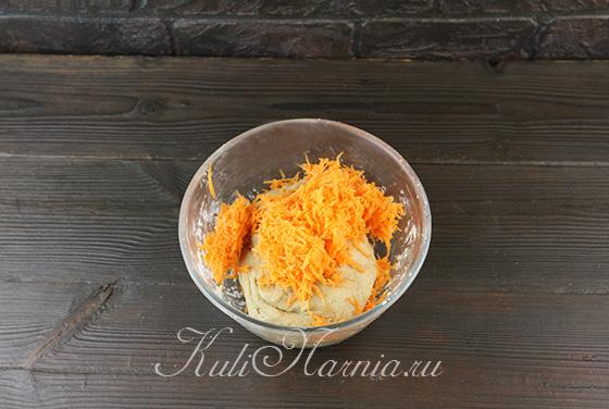 Добавляем морковь в тесто