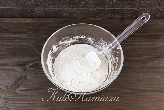 Добавляем муку в тесто для миндального печенья