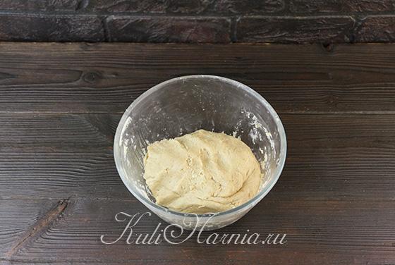 Добавляем муку в тесто для морковного печенья