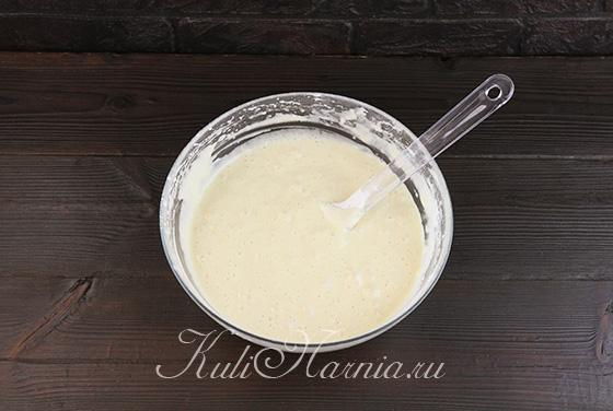 Добавляем муку в тесто для яблочного пирога