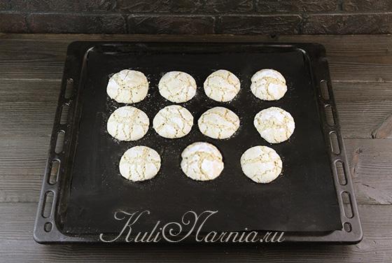 Отправляем миндальное печенье в духовку