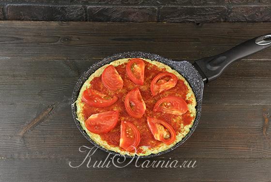 Смазываем основу для пиццы томатной пастой