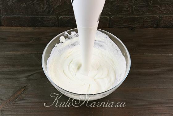 Соединяем творог с сахарной пудрой и сливками
