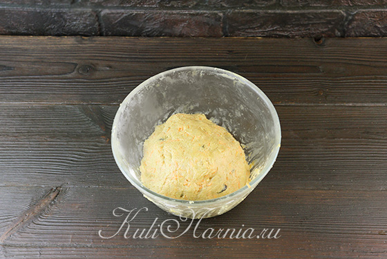 Вмешиваем добавки в морковное тесто