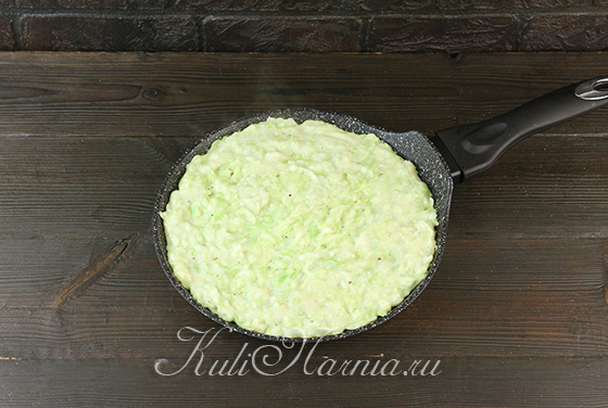 Выкладываем кабачковое тесто на сковороду