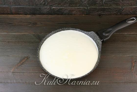 Выливаем тесто для рисоблина на сковороду