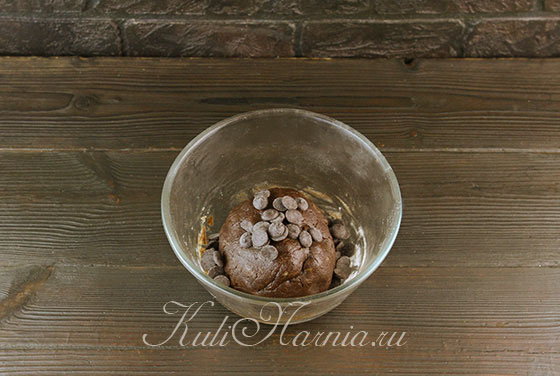 Добавляем шоколад в тесто