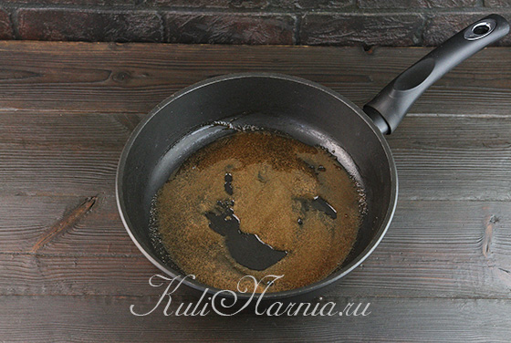 На сковороду выкладываем корицу и масло