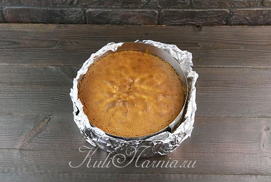 Ставим форму с тестом для бисквита в духовку